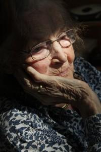 donna anziana da sola